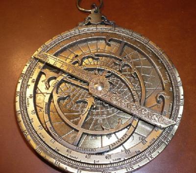 que son las brujulas y el astrolabio